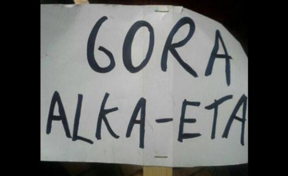 Cartel exhibido durante la función de títeres en el que se lee 'Gora Alka-ETA'