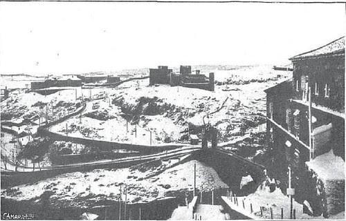 Castillo de San Servando y Puente de Alcántara cubiertos de nieve en 1930. Foto tomada desde las escalerillas del Miradero. Foto de Cámara para Revista Nuevo Mundo