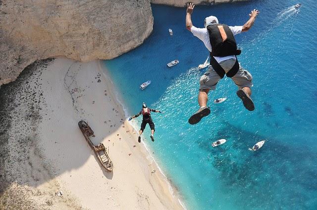 Salto BASE sobre playa griega y barco abandonado