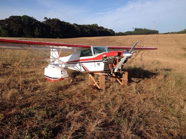 Aeronave deveria abastecer em Pato Branco (PR), mas precisou aterrisar em uma plantação a 10 km do aeroporto (Foto: Adriana Loduvichak / RPC TV)