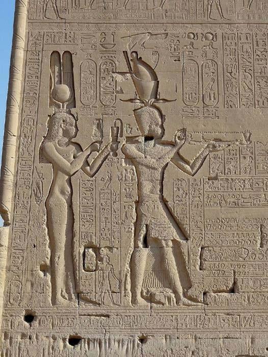 Relieve de la reina ptolemaica Cleopatra VII con su hijo Cesarión. Templo de Dendera, Egipto. (CC BY 3.0)
