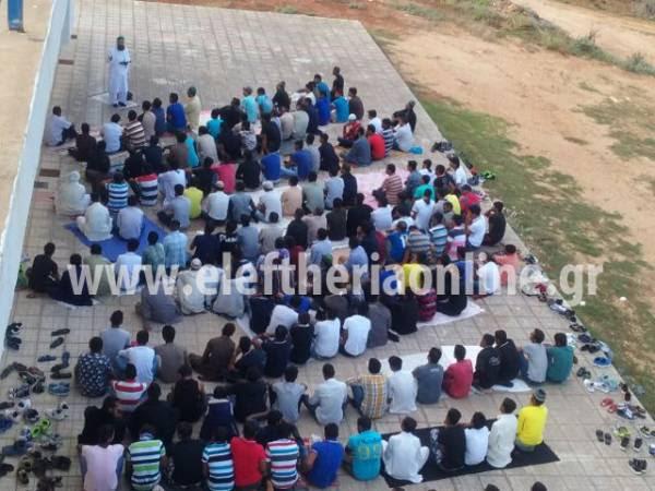 Ομαδική προσευχή μουσουλμάνων στα Φιλιατρά (φωτογραφίες)