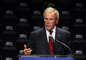 """En la imagen, el expresidente estadounidense George W. Bush. Las imágenes se encuentran entre las robadas por un pirata informático que usa el apodo de """"Guccifer"""" y que ha asaltado los correos de miembros de la familia del expresidente. EFE/Archivo"""