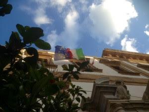 Comune sciacca con bandiere