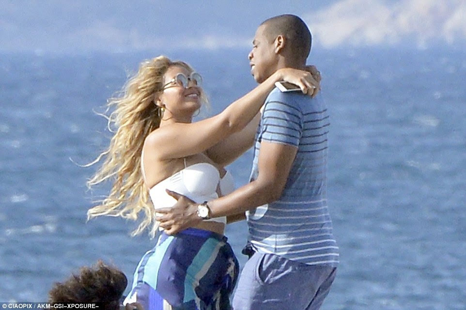 2C44A24800000578-3232877-Happy_times_Beyonce_34_looked_stunning_in_a_white_bralet_bikini_-a-157_1442166927853
