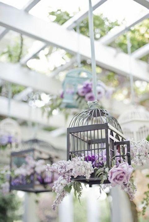 lila und Lavendel blühen Anordnung in einem hängenden Käfig sieht cool aus