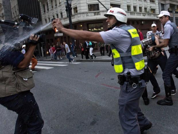 Policial usa spray de pimenta contra cinegrafista durante protesto em São Paulo. (Foto: Rodrigo Paiva/Estadão Conteúdo)