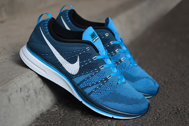 025-nike-flyknit-trainer-squadron-blue-white-blue-glow-1