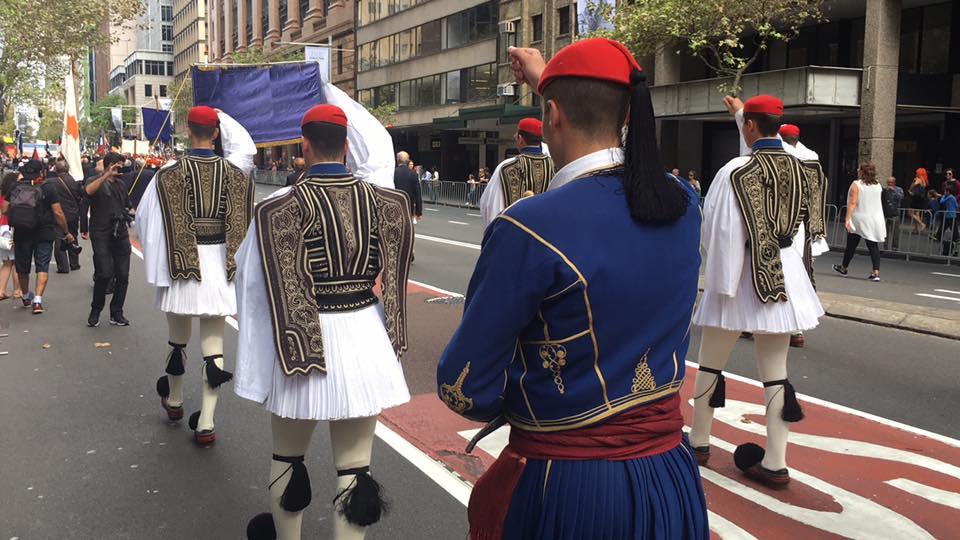 Τρομερή εικόνα από την Αυστραλία: Δείτε την συγκίνηση του Εύζωνα όταν άκουσε για την Ελλάδα! - Εικόνα6
