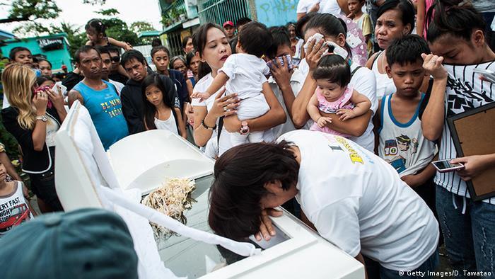 Philippinen Begräbnis erschossener Drogendealer (Getty Images/D. Tawatao)