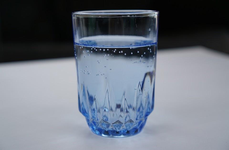 vaso de agua con burbujas espiritus