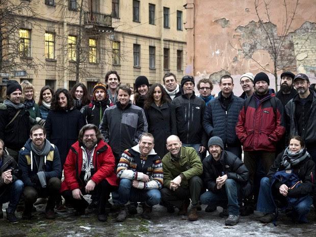 Grupo de 30 ativistas do Greenpeace que foram detidos na Rússia após ato contra exploração no Ártico; brasileira Ana Paula Maciel (embaixo, à direita) está entre eles (Foto: Dmitri Sharomov/Greenpeace International / AFP)