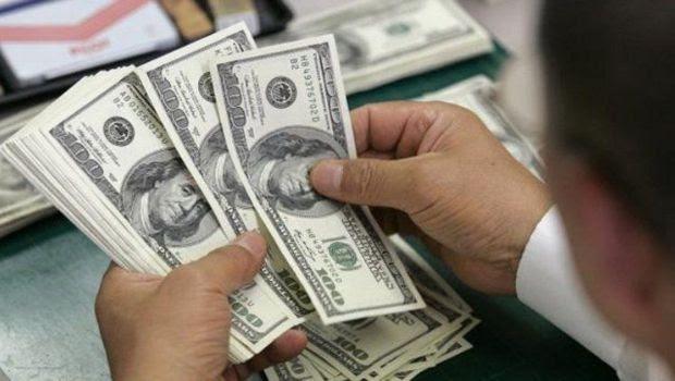 El dólar dio otro salto y tocó los 17 pesos en bancos porteños