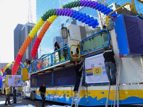 SP - PARADA DO ORGULHO LGBT/CONCENTRAÇÃO - GERAL - Preparativos para a 21ª Parada do Orgulho LGBT de São Paulo, na Avenida Paulista, em São Paulo (SP), na manhã deste domingo (18). O evento deve reunir 3 milhões de pessoas. Serão 19 trios elétricos que vão desfilar na Avenida Paulista, descendo a Rua da Consolação e chegando ao Vale do Anhangabaú. 18/06/2017 - Foto: RONALDO SILVA/FUTURA PRESS/FUTURA PRESS/ESTADÃO CONTEÚDO