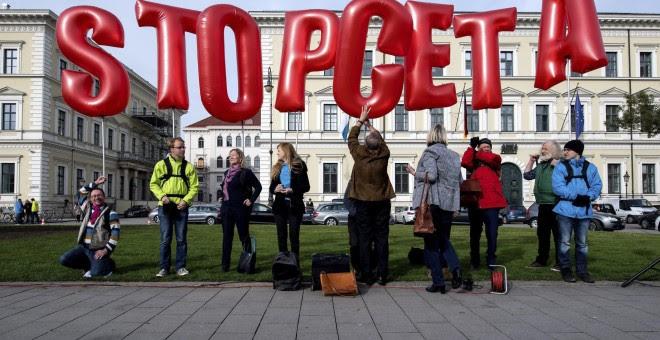 Unas personas se manifiestan en contra el acuerdo de libre comercio entre la UE y Canadá (CETA, por sus siglas en inglés) frente al Ministerio del Interior del estado federado alemán de Baviera en Múnich. EFE