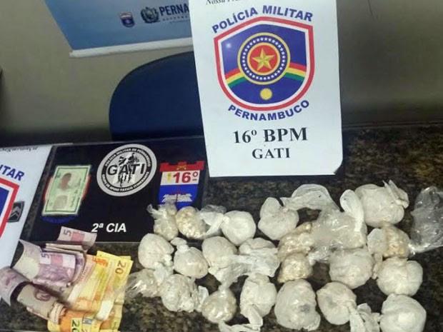 Pedras de crack estavam escondidas no fundo falso do colchão do adolescente, que morava na Comunidade do Papelão, nos Coelhos (Foto: Divulgação / Polícia Militar)