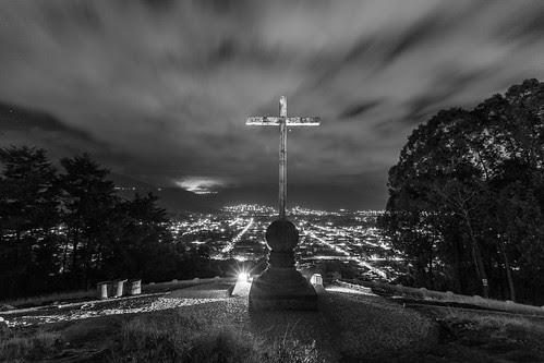 es el cerro y una cruz