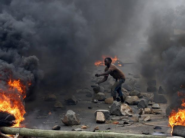 Homem atira pedras durante protesto contra o presidente do Burundi, Pierre Nkurunziza, em foto de 22 de maio (Foto: Reuters/Goran Tomasevic/File)