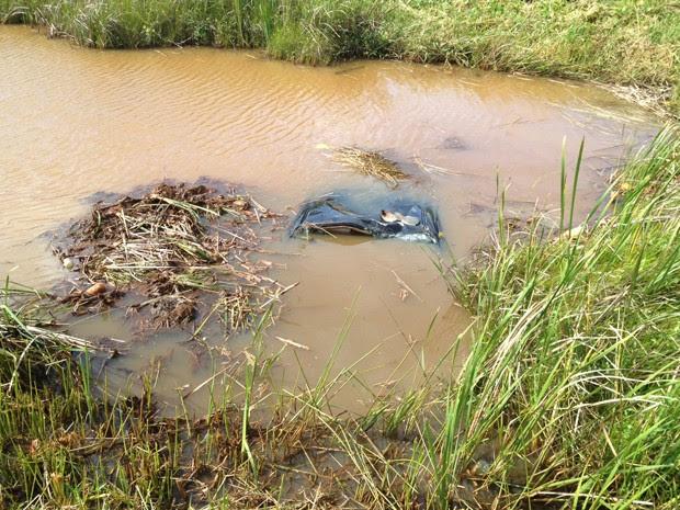 Veículo chegou a ficar submerso quase completamente dentro do lago na Paraíba  (Foto: Walter Paparazzo/G1)