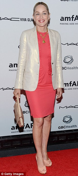 Hodgepodge: 54 yaşındaki yıldız etkinlik için şeftali ve altın aksesuarlar ile bir karpuz renkli dantelli elbise üzerinde parlak bir off-beyaz keten blazer donned