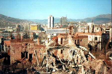 Sarajevo após o cerco de 1995. Foto: Hedwig Klawuttke [CC-BY-SA-3.0 (http://creativecommons.org/licenses/by-sa/3.0) or GFDL (http://www.gnu.org/copyleft/fdl.html)], via Wikimedia Commons
