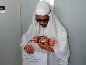 Irmão se vestem de árabes, causam pânico com bomba falsa e são presos (Foto: Reprodução)