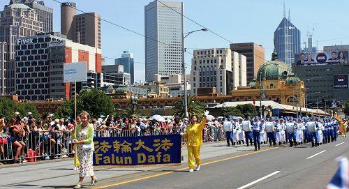 图1-4:维多利亚法轮大法学会参加在墨尔本举行的一年一度澳洲国庆日大遊行,沿途观众不断欢呼、喝彩。