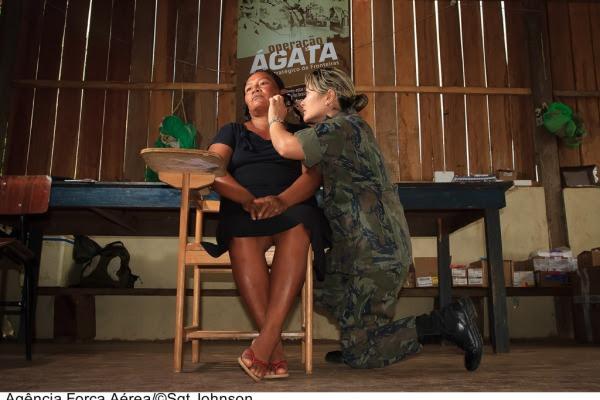 Médica da FAB atendendo indígena  Sgt Johnson