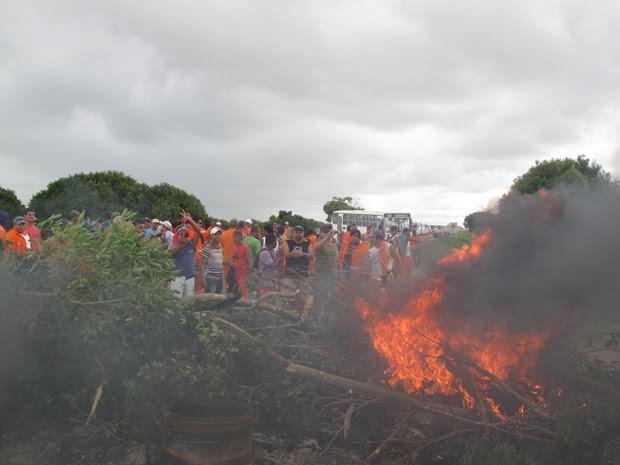 Trabalhadores em greve bloqueiam via de acesso ao Porto do Açu (31/3) (Foto: Aluízio Freire/G1)