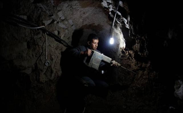 Un palestino reparando las paredes de uno de los túneles inundados por el Ejército egipcio.- Reuters