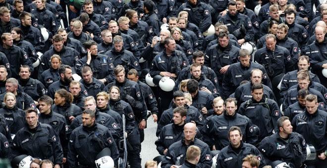 Policías toman posiciones en las calles de Hamburgo. - REUTERS