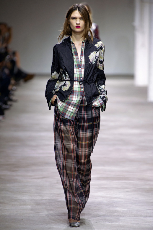 LE FASHION BLOG DRIES VAN NOTEN SPRING SUMMER SS 2013  EASY HAIR PLAID PLAID SHIRT PRINT PANTS SLOUCHY LOOSE FIT WRAP JACKET CHECKERED  PUMPS RED PINK LIPS 8