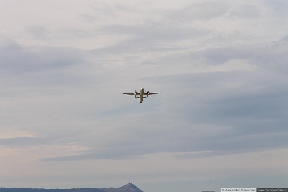 Винтовой самолёт набирает высоту. Керкира, Корфу, Греция