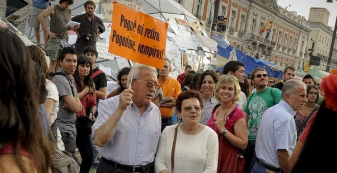 Una pareja de pensionistas, en una manifestación contra los recortes de Rajoy, en la madrileña Puerta del Sol. AFP