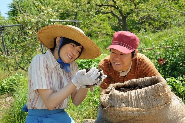 【這一生,至少當一次傻瓜】菅野美穗(左)和阿部貞夫(右)飾演夫妻