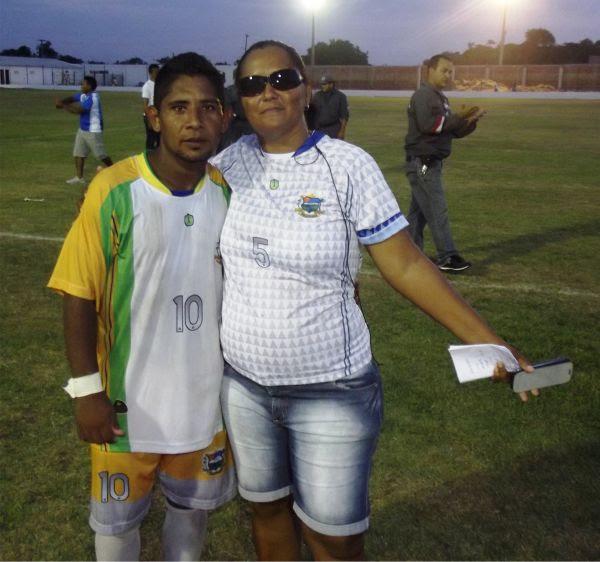 Silvana ao lado de Curuca, jogador do Araioses FC.