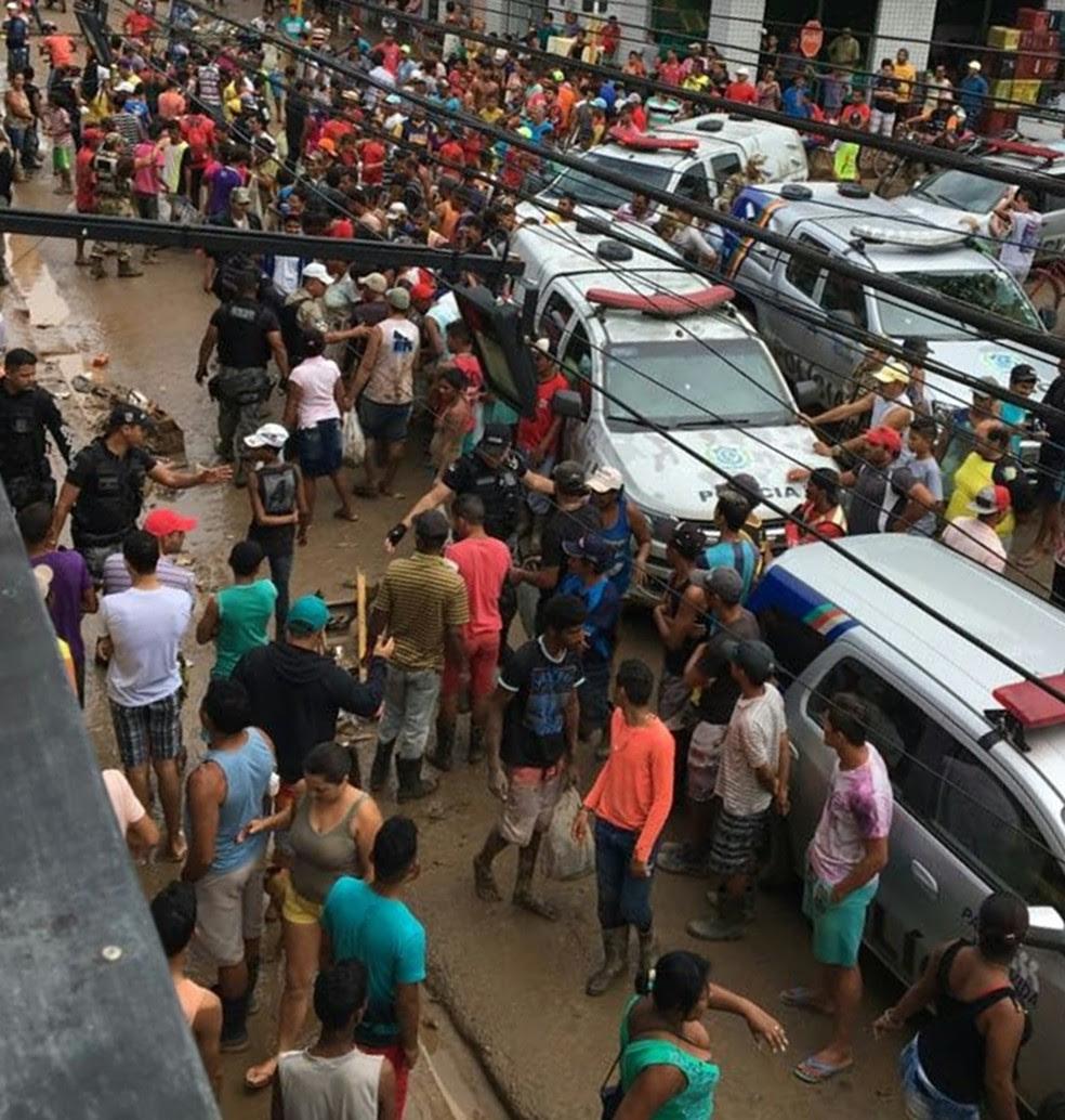 Moradores brigaram por comida em Palmares (Foto: Reprodução/WhatsApp)