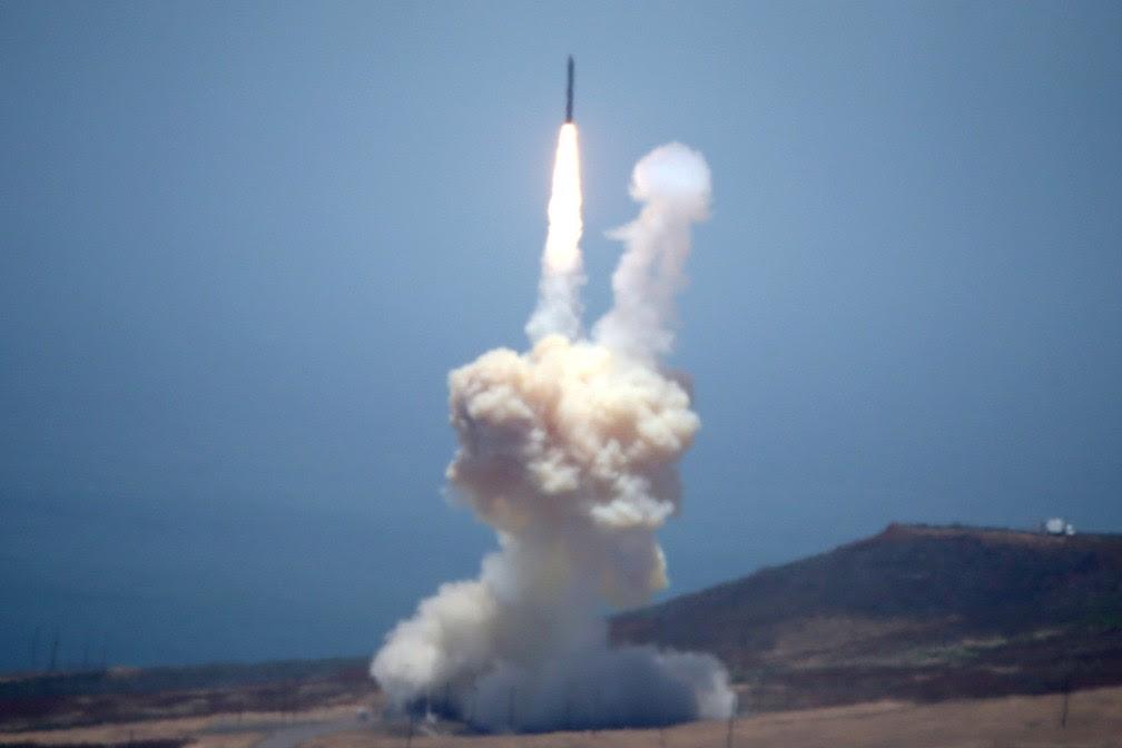 Míssil do sistema de Defesa de míssil balístico dos Estados Unidos é lançado nesta terça-feira (30) da base aérea de Vandenberg, na Califórnia (Foto: REUTERS/Lucy Nicholson)