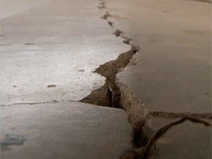 O piso rachou em muitas casas de Pedra Preta com sequência de tremores  (Foto: Reprodução/Inter TV Cabugi)