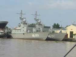 Tàu HQ263 và HQ261 của Hải quân Việt Nam. Photo courtesy of  TueHoanBlog.
