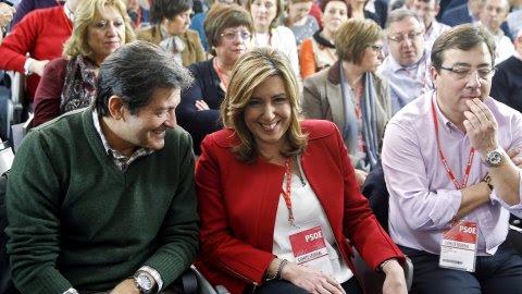 El ahora presidente de la Comisión Gestora del PSOE y president también del Principado de Asturias, Javier Fernández, con la presidenta de la Junta de Andalucía y líder de los socialistas de la comunidad, Susana Diaz, en el Comité Federal celebrado el pas