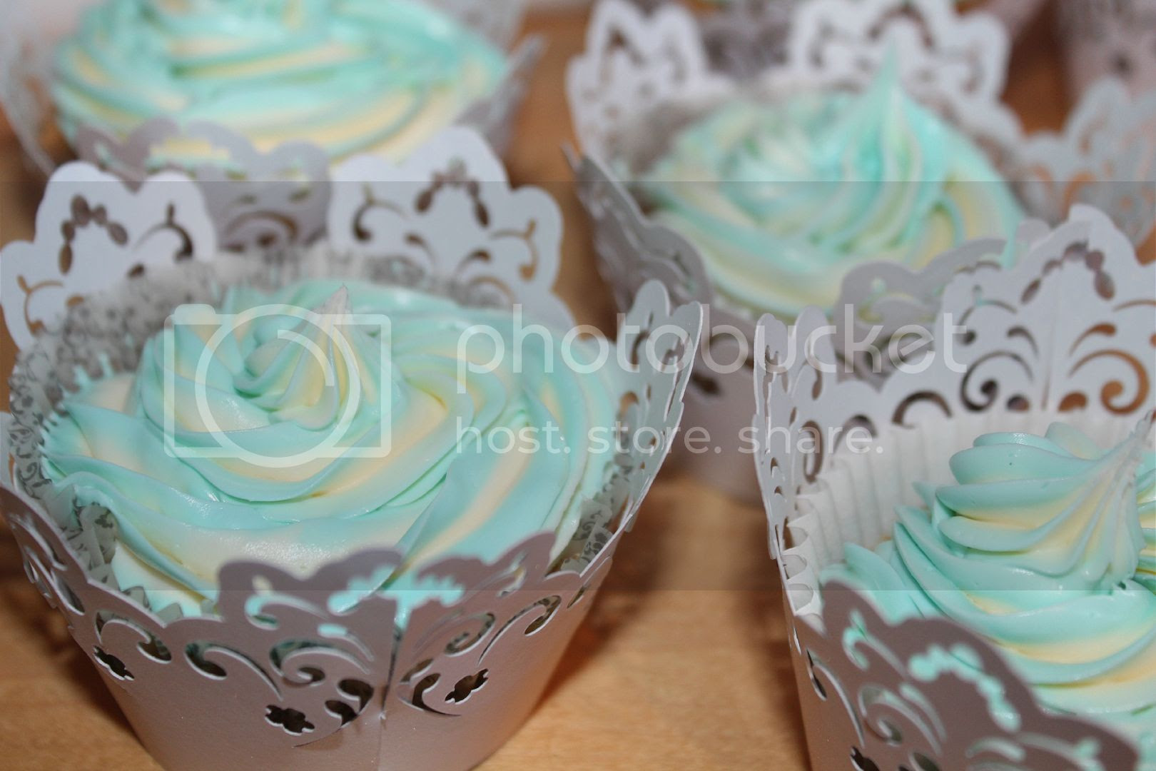 two tone icing cupcakes