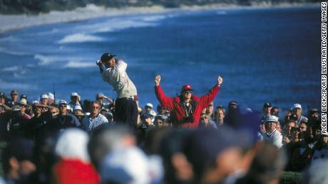 Woods & # 39;  golpe de salida en el hoyo 14 en el campo de golf de Pebble Beach durante el US Open.