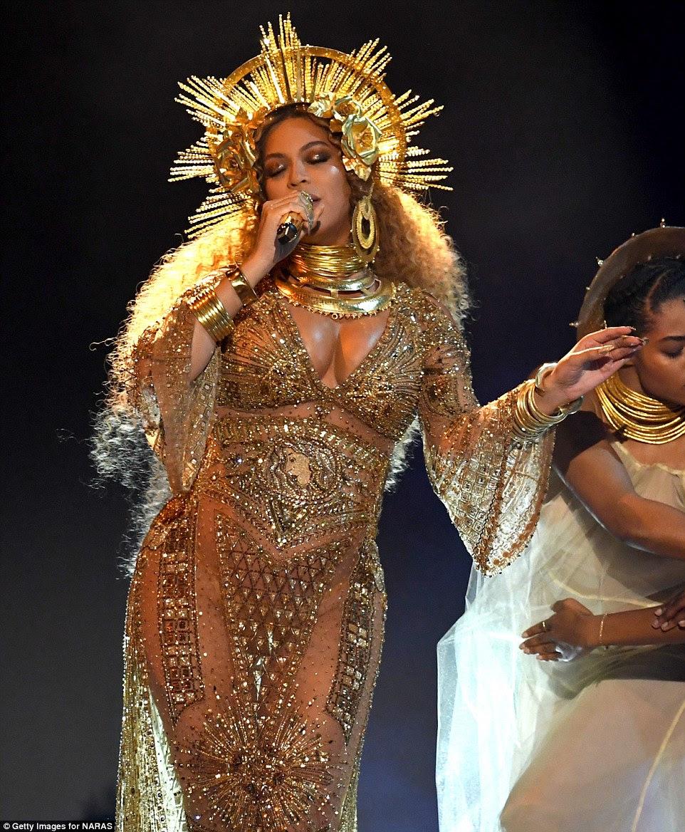Deusa: A cantora de 35 anos usava todo o ouro, incluindo uma intrincada coroa