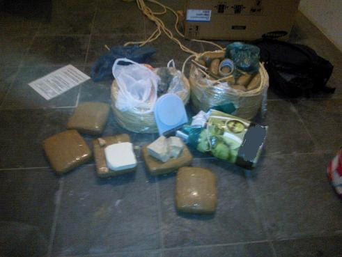 Policiais encontraram maconha e pedras de crack dentro da casa