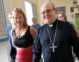 El cardenal Jaime Ortega camina junto a Leire Pajín, secretaria de organización del Partido Socialista Obrero Español (PSOE), poco antes de una reunión en la sede del arzobispado de La Habana
