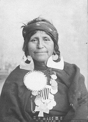 Mujer mapuche con joyas de plata, ca. 1890