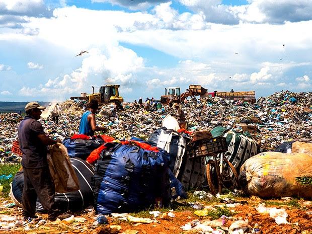 O aterro tem quase 50 anos de uso com colocação de resíduos sólidos sem a devida impermeabilização do terreno. Os resíduos foram depositados diretamente no solo.  (Foto: Paula Fróes)