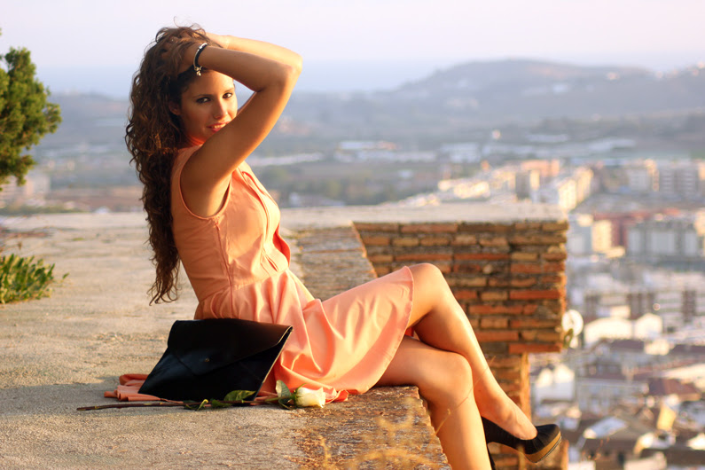 vestido-naranja-heelsandroses-con-complementos-negros-(5)