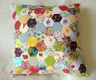 Açıklamalı patchwork yastık modeli